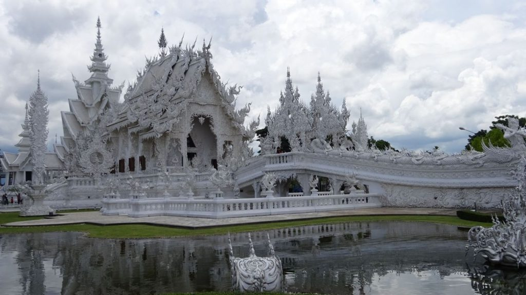 Entrada al Templo Blanco de Chiang Rai