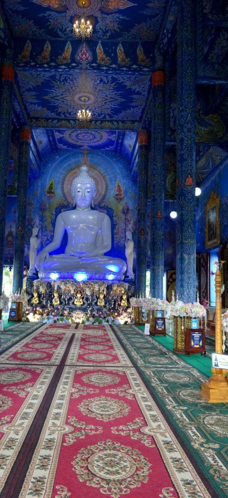 Buda sentado en interior del Templo Azul de Chiang Rai