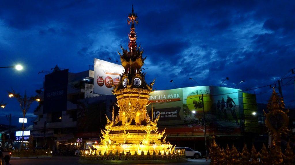 Torre del Reloj de Chiang Rai por la noche