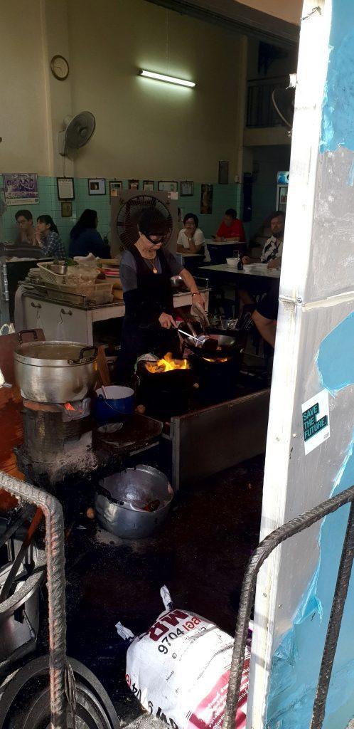 Jay Fai cocinando uno de sus platos